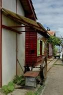 CP-DSC_7623-maison rouge volets jaunes & vieille machine