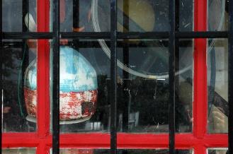 CP-DSC_7946-bouée & fenêtre rouge à grille