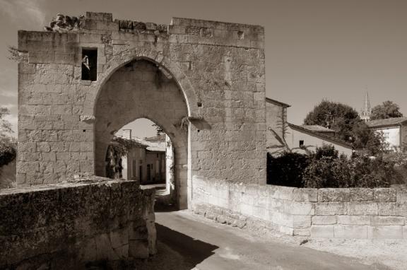 CP-DSC_9398-porte, ruelle & clocher sépia
