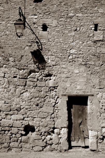 CP-DSC_9529-façade pierre, ombre applique & porte sépia