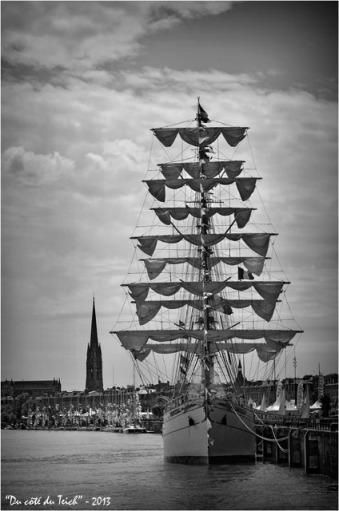 BLOG-DSC_21845-Cuauhtémoc et bateaux solitaire du Figaro Bordeaux fête le fleuve 2013 N&B2