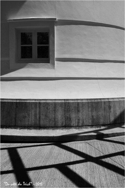 BLOG-DSC_22548-fenêtre et ombres phare Cap-Ferret N&B