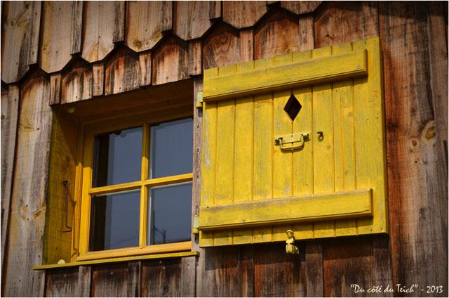 BLOG-DSC_22747-fenêtre jaune cabane le Canon
