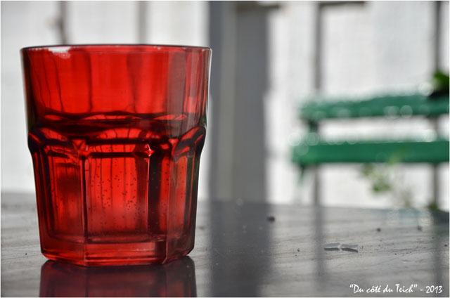 BLOG-DSC_24658-verre rouge et chaise verte le Canon