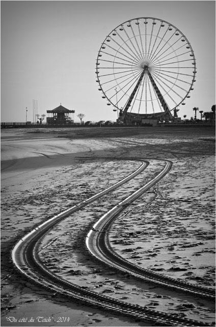 BLOG-DSC_26497-plage manège et roue Arcachon N&B