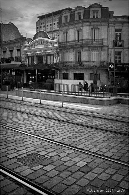 BLOG-DSC_26852-pavés et café du Levant Bordeaux St Jean N&B