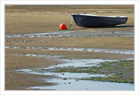 BLOG-DSC_0052-barque marine, bouée rouge, sable