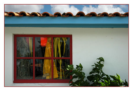 BLOG-DSC_7935-fenêtre rouge & bandeau bleu