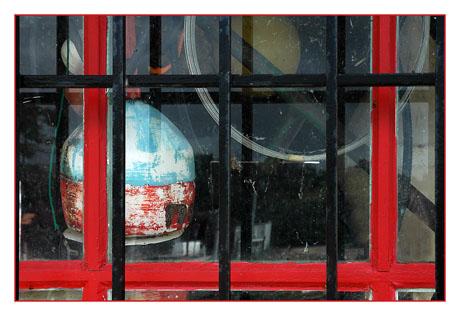 BLOG-DSC_7946-bouée & fenêtre rouge à grille Andernos