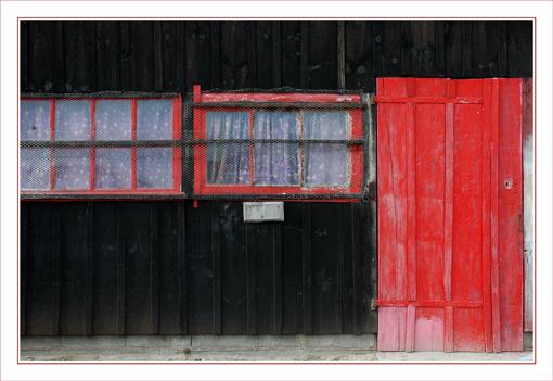 BLOG-DSC_9723-cabane volets rouges