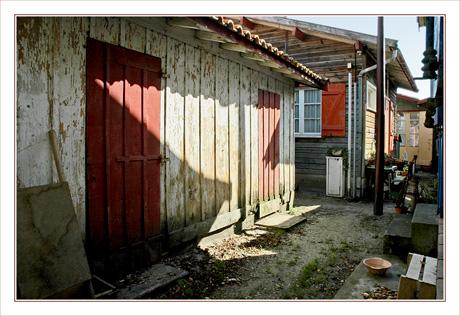 BLOG-DSC_9934-ombres sur cabane volets rouges