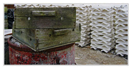 BLOG-IMG_0296-casier, bidon rouge, tuiles chaulées