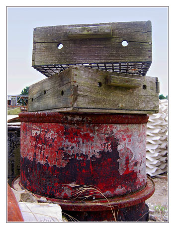 BLOG-IMG_0297-casier, bidon rouge, tuiles chaulées