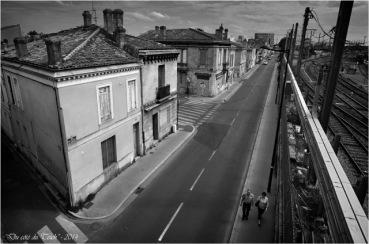 BLOG-DSC_28969-passants Terres des Bordes sous pont en U Bordeaux St Jean N&B