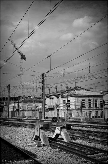 BLOG-DSC_28988-rails Bordeaux St Jean et grue chantier rue Terres des Bordes N&B