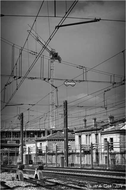 BLOG-DSC_28989-rails Bordeaux St Jean et grue chantier rue Terres des Bordes N&B