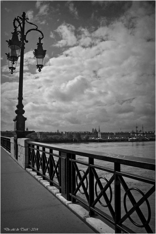 BLOG-DSC_2297-pont de pierre et Hermione à Bordeaux 9 Oct 2014 N&B