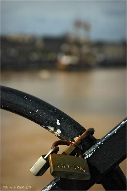 BLOG-DSC_2336-cadenas pont de pierre et Hermione à Bordeaux 9 Oct 2014