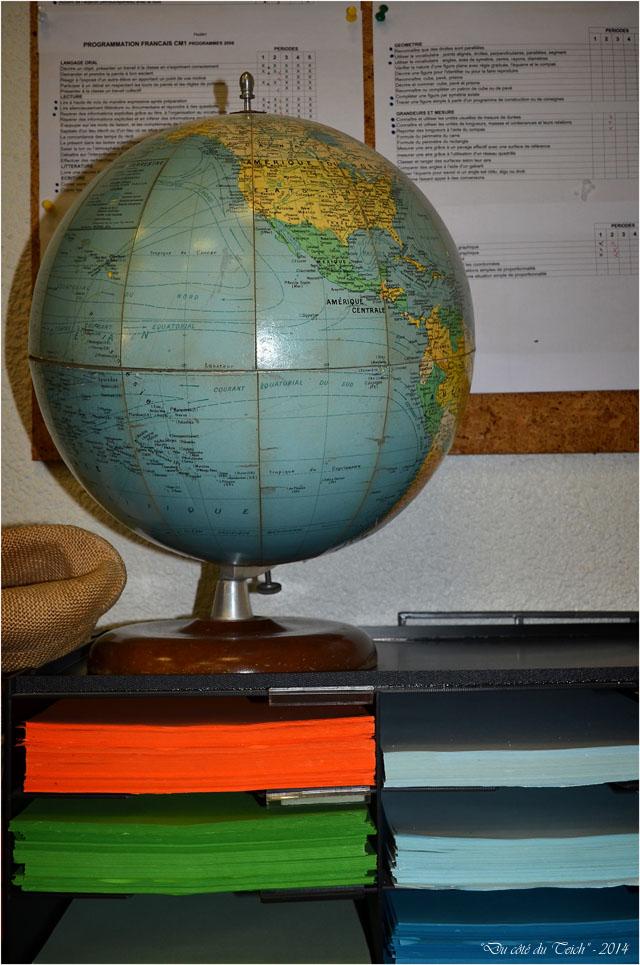 BLOG-DSC_32448-mappemonde et casiers papier