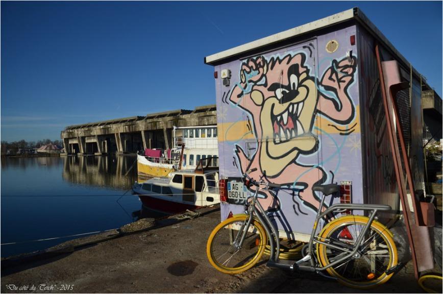 BLOG-DSC_33076-vélib cabane chantier taguée et base sous marins Bordeaux