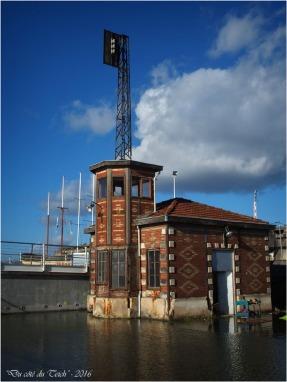 blog-p1153582-poste-commande-ancien-pont-tournant-pertuis-bassins-c3a0-flot-bordeaux.jpg