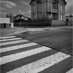 BLOG-DSC_39584-passage piétons et villa Lacanau N&B2
