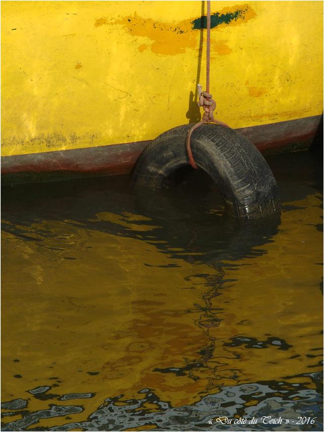 BLOG-P8175932-coque jaune et bouée pneu