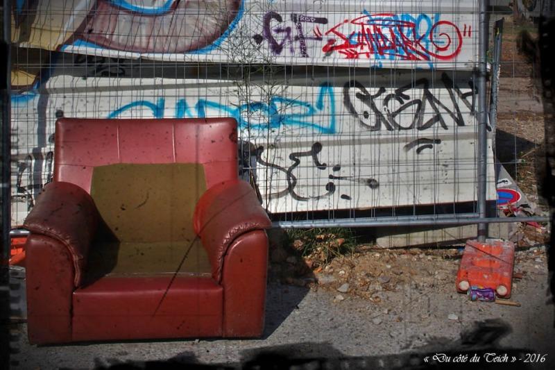 blog-pa036446-2-fauteuil-et-tags-censures-pa03