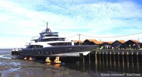 le-yacht-est-en-place-il-attend-que-l-eau-monte-pour-flotter