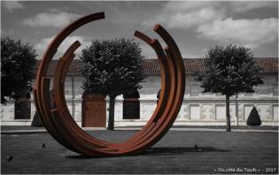 BLOG-P7110185-2-monumentale Bernar Venet chateau Malescasse N&R