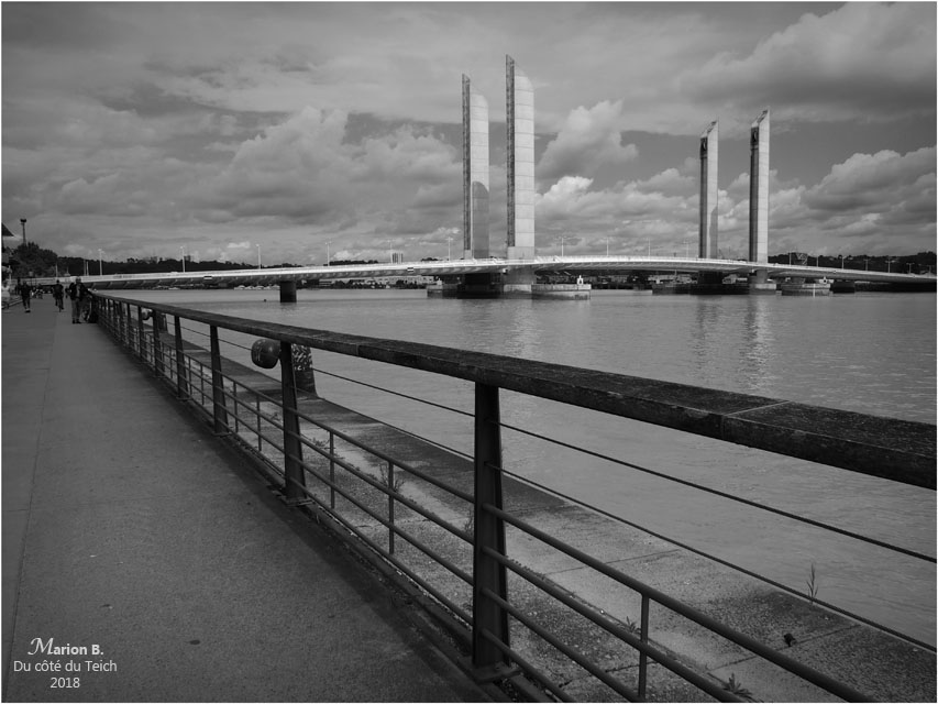 BLOG-P6122167-quais et pont Chaban Delmas Bordeaux N&B