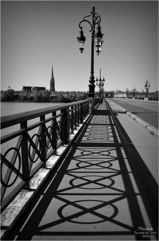 BLOG-DSC_44835-ombre pont de pierre Bordeaux et St Michel N&B
