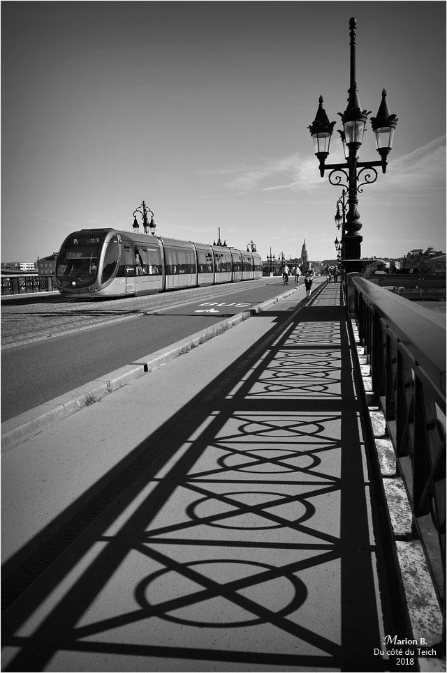 BLOG-DSC_44842-2-ombre et tram pont de pierre Bordeaux N&B