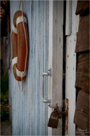 BLOG-DSC_47797-porte et bouée cabane