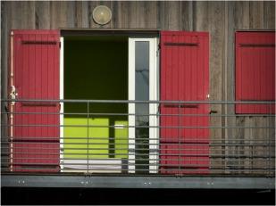 BLOG-P1000082-balcon et volets rouges
