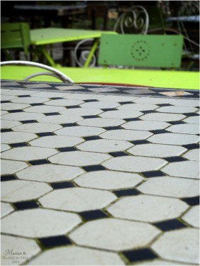 BLOG-P1020763-tables chaises mosaïque et métal